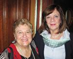 2017年5月10日下午,小学教师Waliz Hawk(左)和Donna Eicher(右)一起观看了神韵北美艺术团在本尼德表演艺术中心的第二场演出后,表示下次还要带更多的人来看。(童云/大纪元)