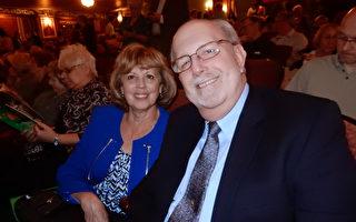 負責供應警方設備的公司老闆Lee Markl和太太Teresa Markl在神韻演出中場休息時表示感謝神韻給人了解中國古老文化的機會。 (肖捷/大紀元)