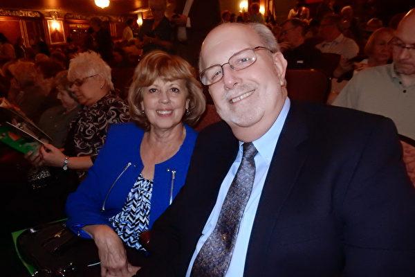 负责供应警方设备的公司老板Lee Markl和太太Teresa Markl在神韵演出中场休息时表示感谢神韵给人了解中国古老文化的机会。 (肖捷/大纪元)