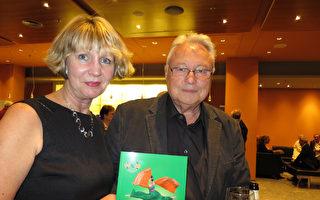 2017年5月10日晚,Manfred Plötz先生与Monika Schulze女士一同观看了美国神韵世界艺术团在柏林波茨坦广场剧院 (Theater am Potsdamer Platz)的演出。(黄芩/大纪元)