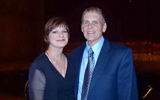 「捷藍航空」資深機長Al Barnash 攜太太Christine Barnash觀看5月10日晚間神韻北美藝術團在匹茲堡的演出,帶給他夢幻般的感受。(肖捷/大紀元)