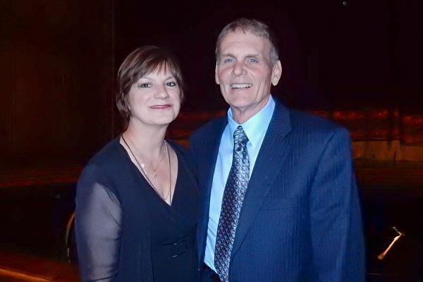 """""""捷蓝航空""""资深机长Al Barnash 携太太Christine Barnash观看5月10日晚间神韵北美艺术团在匹兹堡的演出,带给他梦幻般的感受。(肖捷/大纪元)"""