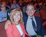Lanxess公司的IT专家Grady Ogburn先生与身为医师的Janine Rihmland女士于5月10日晚在宾州匹兹堡一同观看了神韵演出。(肖捷/大纪元)