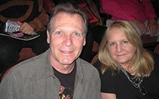 前芭蕾舞演員Debra Belluomini與她的先生Steve Eckert表示從來沒有見過像神韻這樣美好的演出(童雲/大紀元)