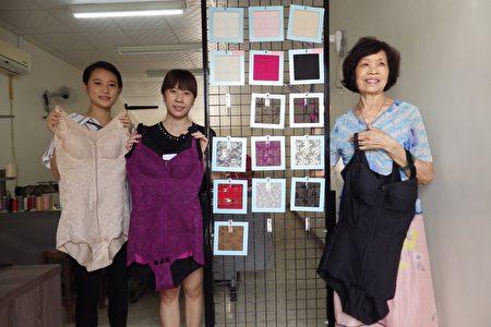 手工塑身內衣達人歐蜜(右)展示她的成品和使用的布料。(廖素貞/大紀元)