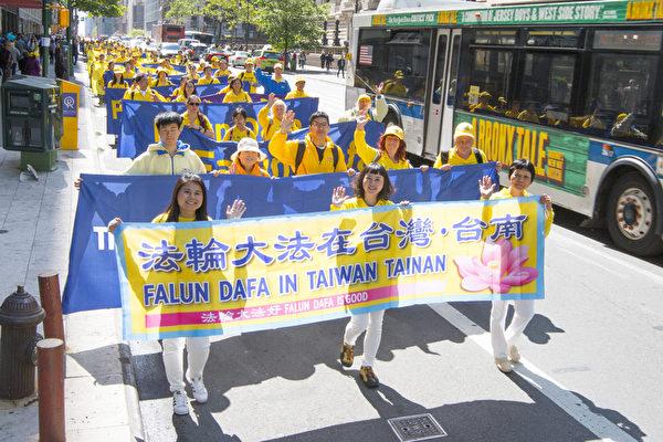 2017年5月12日,纽约上万人举行庆祝法轮大法弘传世界25周年活动,并举行横贯曼哈顿中心42街的盛大游行。(周容/大纪元)