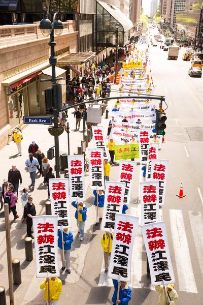 2017年5月12日,紐約萬人慶祝法輪大法日,大遊行隊伍橫穿曼哈頓。(艾文/大紀元)