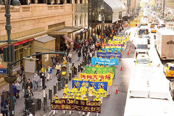 2017年5月12日,纽约万人庆祝法轮大法日,大游行队伍横穿曼哈顿。(艾文/大纪元)