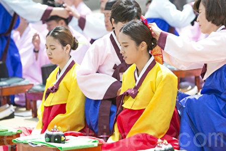 5月15日,韓國首爾市在南山韓屋村舉行第45屆韓國傳統成年節儀式。韓國的成年節定為每年五月第三個星期一。 (全景林/大紀元)