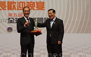 國際鑑識專家李昌鈺博士(右)代表僑委會致贈紐約象徵「自由女神像」給行政院長林全。(李怡欣/大紀元)