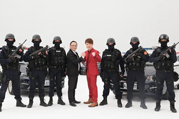翁立友(中)拍摄《我做你的靠山》MV,找来波丽士大人助阵,坦言站在冲锋枪阵前很惊吓。图左四是该曲创作者孔锵。(豪记唱片提供)