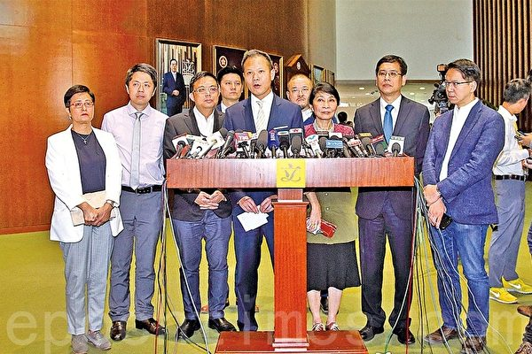 民主派议员决定对周浩鼎提出弹劾,要求罢免其议员资格,并研究是否弹劾梁振英。(李逸/大纪元)