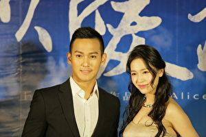 演员黄恺杰(左)、王奕瑾(右)现身台北,出席《以爱为名》的电影首映会。(华影国际影艺提供)