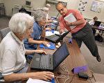 調查顯示,美國老年人使用電子產品的人數漸增。圖為伊州,老年人電腦課。(Tim Boyle/Getty Images)