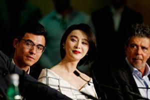 范冰冰(左二)出任第70届戛纳电影节评委,与评委会亮相记者会,听到主持人口误后仍脸带微笑。 (Getty Images/Getty Images)