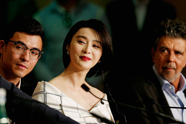 范冰冰(左二)出任第70屆戛納電影節評委,與評委會亮相記者會,聽到主持人口誤後仍臉帶微笑。 (Getty Images/Getty Images)
