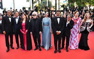 法国时间5月17日晚,第70届戛纳电影节隆重开幕,由西班牙著名导演佩德罗‧阿莫多瓦(左四)担纲主席的主竞赛单元评审团亮相。(ALBERTO PIZZOLI/AFP/Getty Images)
