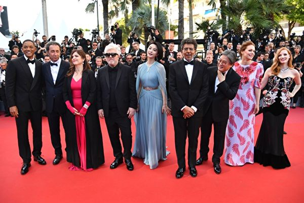 法國時間5月17日晚,第70屆戛納電影節隆重開幕,由西班牙著名導演佩德羅‧阿莫多瓦(左四)擔綱主席的主競賽單元評審團亮相。(ALBERTO PIZZOLI/AFP/Getty Images)