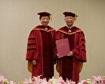 台師大校長張國恩(左)22日頒授諾貝爾文學獎得主高行健(右)名譽文學博士學位,推崇他在文學、寫作、藝術創作、戲劇上的卓越成就。(台師大提供)