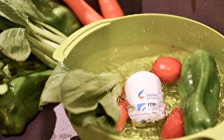 這什麼光?竟可讓青菜上頭的農藥現形。工研院推出「隨手型智慧蔬果農藥檢測器」,可透過光立刻測得蔬果裡的農藥殘量,再也不怕蔬果洗不乾淨。(工研院提供)