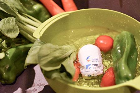 """这什么光?竟可让青菜上头的农药现形。工研院推出""""随手型智慧蔬果农药检测器"""",可透过光立刻测得蔬果里的农药残量,再也不怕蔬果洗不干净。(工研院提供)"""
