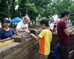 """主办""""传统技艺工坊-土砖建筑""""泰纳沃克高登老师正在指导学生如何堆叠土墙。(云科大提供)"""