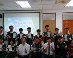 兴达建设总经理陈金树(1排左3)23日颁发竹崎高中体育班录取优秀大学奖励金,期勉学生积极努力。(竹崎高中提供)
