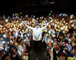 卢广仲(图中,站力者)上周前进东京举办两场演唱会,与台下粉丝合影。(添翼创越工作室提供)