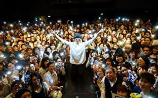 盧廣仲(圖中,站力者)上週前進東京舉辦兩場演唱會,與台下粉絲合影。(添翼創越工作室提供)