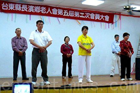 2009年朱阿妙(中)和台东学员在长滨乡弘法教功。(龙芳/大纪元)