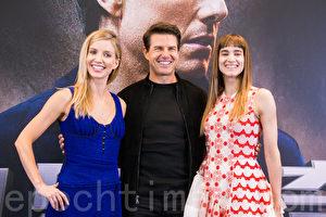 好莱坞巨星汤姆克鲁斯(Tom Cruise)(中)、安娜贝尔瓦莉丝(Annabelle Wallis)(左)、苏菲亚波提拉(Sofia Boutella)(右)5月25日在台北出席记者会宣传新片。(陈柏州/大纪元)