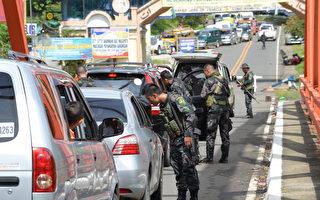 菲律宾马拉韦市陷入混乱,政府军与恐怖分子作战,导致大批居民流离失所。(TED ALJIBE/AFP)