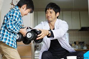 西岛秀俊(右)在日剧《灵异之眼》中,诠释拥有特异功能的医师,能从外观判断患者疾病的诊所医生。(纬来日本台提供)