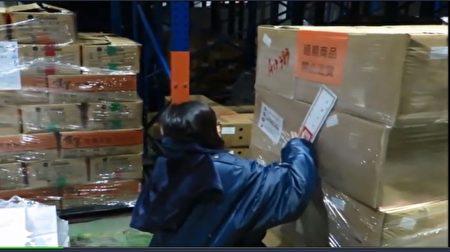 福有公司涉嫌販售過期冷凍蝦,衛生局現場封存1041公斤。(高市衛生局提供)