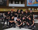 """""""金曲组合""""张三李四(前排)今(28)日再度受邀与来自菲律宾的街舞团在北车广场举办音乐与街舞的快闪活动。(新视纪提供)"""