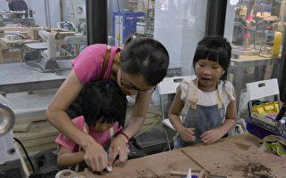 小朋友制作木头铅笔。(方金媛/大纪元)