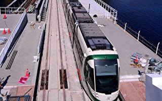 高雄水岸轻轨建设工程积极赶工,已能行驶到C12站了,并将在6月1日初勘,预计6月底前从C1行驶到C12站,跨越爱河口和高雄港,乘客可以一览港湾风光。(捷运局提供)