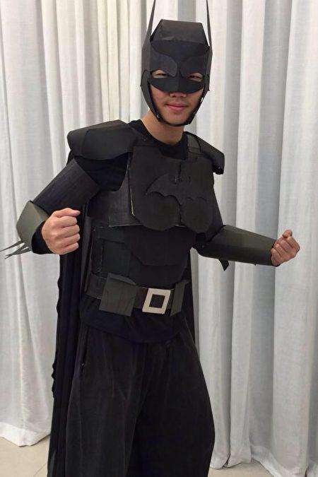 谢宁到英国后,重新用纸裁剪出立体、能穿、能看的蝙蝠侠装。(谢宁提供)