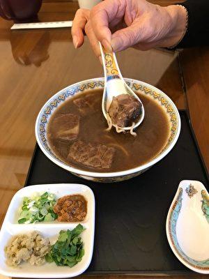 再嚐另一種牛肉麵,細細品味牛爸爸的牛肉麵精神。(百合提供)
