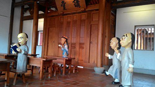 仿真人的Q版人偶塑像,還原古時書院講堂讀書景象。(曾晏均/大紀元)
