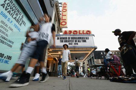 虽然曼哈顿哈林区因为犯罪率高名声不好,但当地居民看起来并不在意。 (John Lamparski/Getty Images)