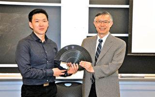 張恆鴻院長(右)介紹中醫科學最新研究動向,由主持人陳立洋贈予紀念品。(貝拉/大紀元)