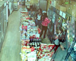 四名非裔女性进入店内佯装购物,准备行抢。(店家提供监视器画面)
