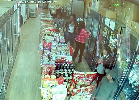 四名非裔女性進入店內佯裝購物,准備行搶。(店家提供監視器畫面)
