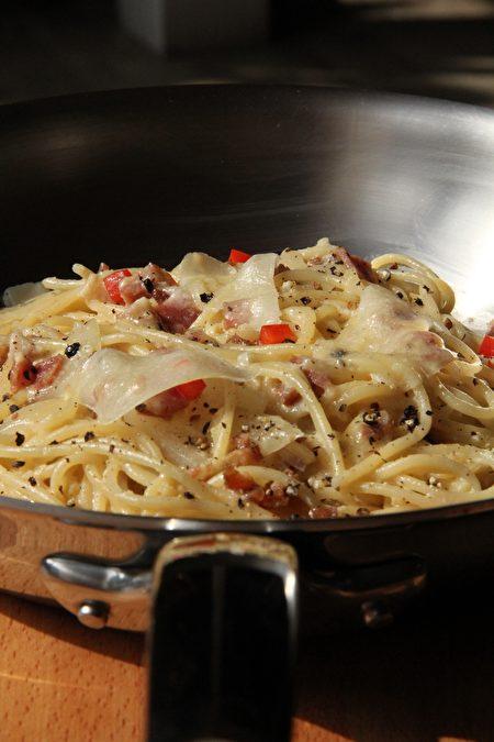 很多人以为Spaghetti alla Carbonara这道经典的意大利面会使用大量的鲜奶油或牛奶,但事实上,道地的罗马人在制作这道传统名菜时是完全不加任何奶油的,这道面的奶香味其实是来自于大量的意大利绵羊起士Pecorino Romano DOP!(国际橄榄油品油师 ALEX LU/大纪元)