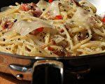 很多人以为Spaghetti alla Carbonara这道经典的意大利面会使用大量的鲜奶油或牛奶,但事实上,道地的罗马人在制作这道传统名菜时是完全不加任何奶油的,这道面的奶香味其实是来自于大量的意大利绵羊起士Pecorino Romano DOP!(摄影:国际橄榄油品油师 ALEX LU/大纪元)