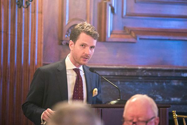 原「法國巴黎銀行」投資管理公司經理、現英文大紀元商業新聞編輯施密德。