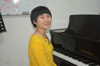 单珊,毕业于中国音乐学院音乐教育系,主修钢琴,是北京市北电音乐教育负责人。(明慧网)