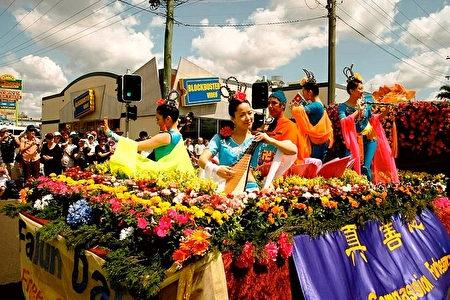 2007年9月,澳洲昆士蘭法輪功學員以「天國」為主題的遊行花車參加澳洲昆士蘭圖文巴市(Toowoomba)盛大的花卉嘉年華會,受到數萬名觀眾的熱烈歡迎。 (明慧網)