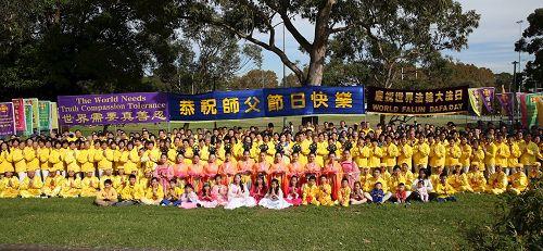 悉尼法轮功学员集体合照,恭祝师尊生日快乐。(明慧网)